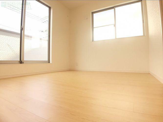 【2階 洋室】 二階のどの部屋にもバルコニーが付いているので布団を干すもの楽々できますよ