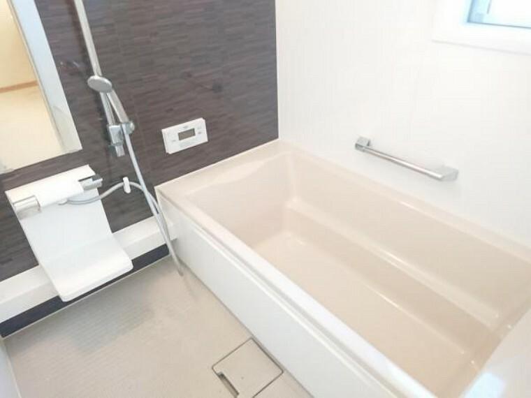 浴室 【リフォーム済】浴室 浴室はクリーニングを行いました。今日の疲れは今日のうちに洗い流しましょう。足を伸ばして入れるサイズのお風呂ならゆったりとした気持ちで寛いでいただけます。