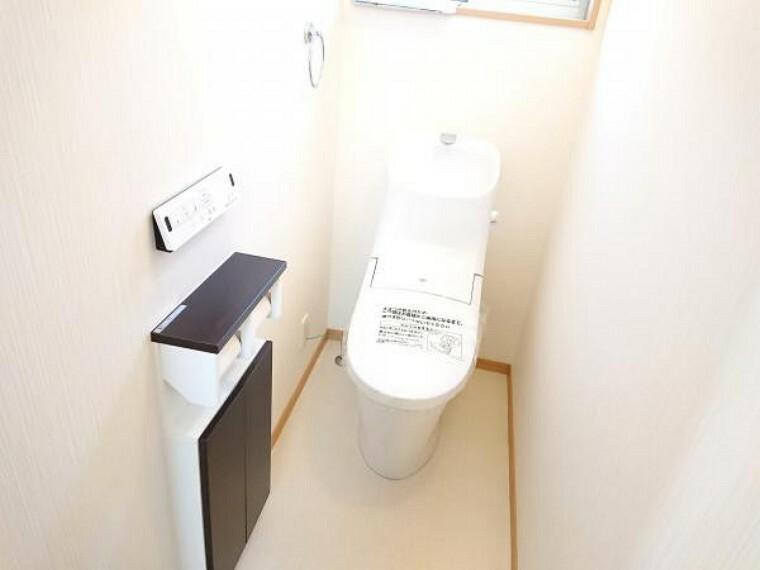 トイレ 【リフォーム済】トイレ LIXIL製のトイレに新品交換しました。壁・天井のクロス、床のクッションフロアを張替えました。毎日家族が使う場所なので、清潔感のある空間に仕上げました。