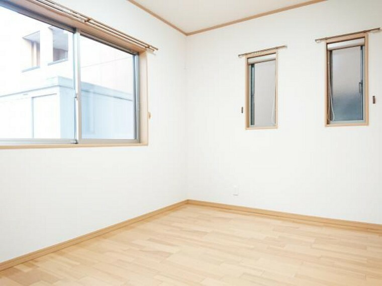 【リフォーム済】 1階6帖洋室 床クリーニング、壁・天井クロス張替、照明器具交換、火災警報器設置。 室内には2面の窓があり明るく広々とした印象のお部屋。ご夫婦の寝室にいかがですか。