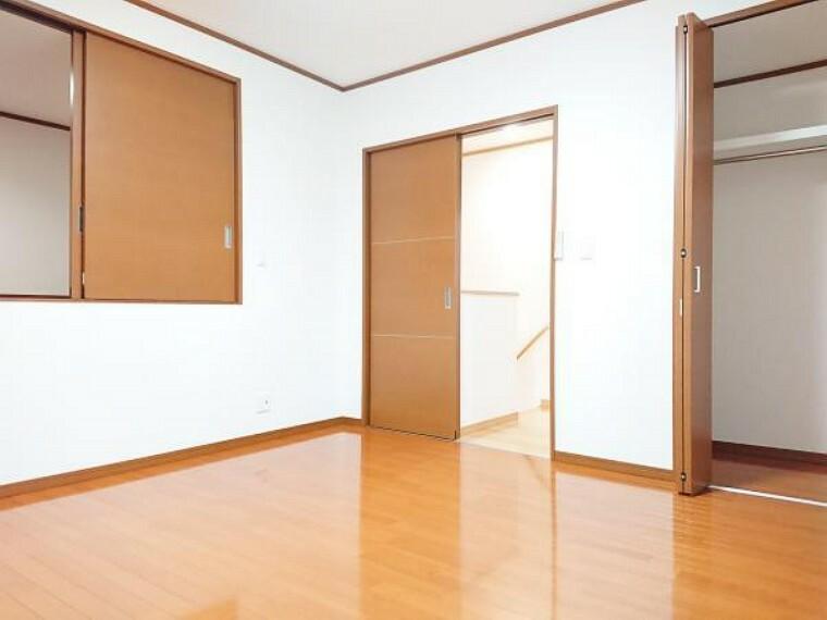 【リフォーム済】 2階東側8帖洋室 床クリーニング、壁・天井クロス張替、照明器具交換、火災警報器設置。 広々空間12帖のお部屋ならダブルサイズのベッドを置いても広く使用できます。ご夫婦の寝室にいかがですか。