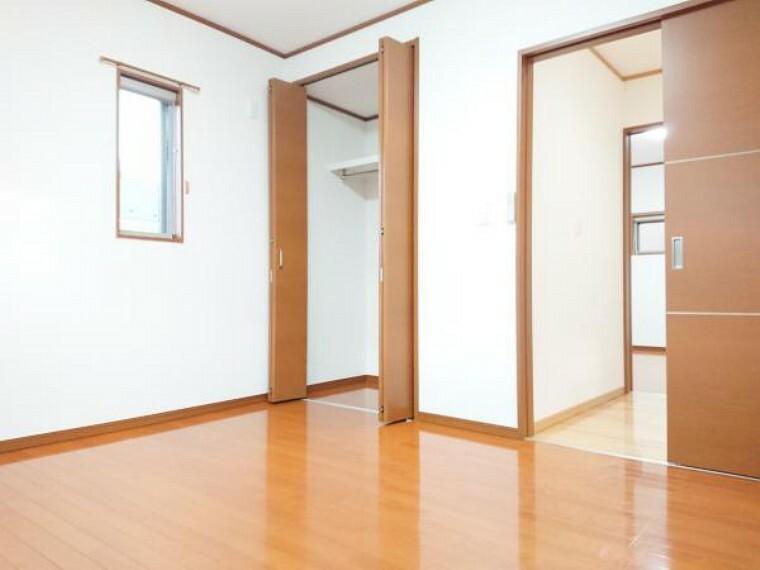 【リフォーム済】 2階西側7帖洋室 床クリーニング、壁・天井クロス張替、照明器具交換、火災警報器設置。 シングルベッドを置いても圧迫感無く過ごしていただける室内。子供部屋にいかがですか。