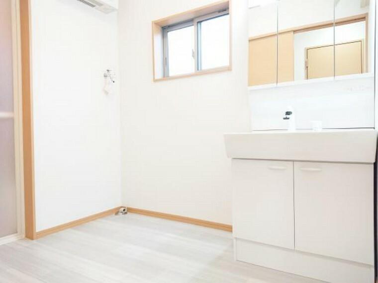 洗面化粧台 【リフォーム済】 洗面化粧室 床クッションフロア張替、壁・天井クロス張替、照明器具交換。 暗くなりがちな洗面脱衣室もクロスを張り替えることで明るく清潔感のある空間に仕上げました。
