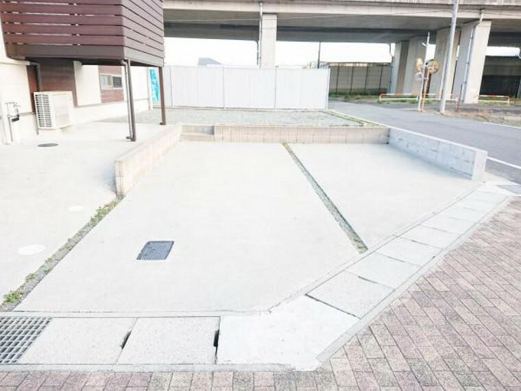 駐車場 【リフォーム済】 駐車スペース すでにコンクリートで整備されていたので、洗浄してキレイに仕上げました。 敷地内駐車合計3台は嬉しいポイントです。お友達が遊びに来ても敷地内に車を停めておけるので安心です。