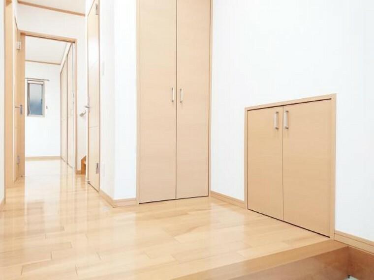 玄関 【リフォーム済】 玄関ホール 床フローリングクリーニング、壁クロス張替、照明器具交換。玄関はお家の顔となる部分、お客様が最初に目にする場所だからこそ、第一印象が大切ですね。