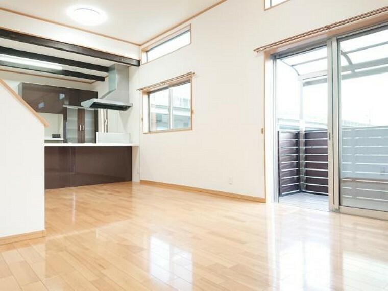 居間・リビング 【リフォーム済】 リビング(別角度) 天井・壁クロス張替、床クリーニング、照明器具交換、火災警報器設置。 キッチンは対面式ですので、リビングで遊ぶお子様を眺めながらお料理ができます。