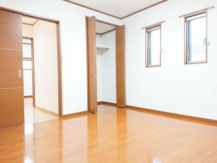 【リフォーム済】 2階東側8帖洋室(別角度) 床クリーニング、壁・天井クロス張替、照明器具交換、火災警報器設置。 2面の窓からはあたたかな陽射しと心地いい風を確保。明るく気持ちのいい室内になっています。