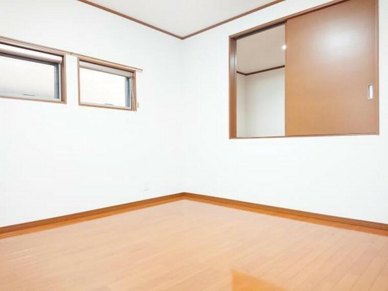 【リフォーム済】 2階西側7帖洋室(別角度) 床クリーニング、壁・天井クロス張替、照明器具交換、火災警報器設置。 2面採光の明るいお部屋です。子供部屋にいかがですか。