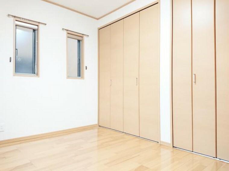 【リフォーム済】 1階6帖洋室(別角度) 床クリーニング、壁・天井クロス張替、照明器具交換、火災警報器設置。 「そろそろ1人部屋が欲しい」そんなお子様の願いも叶えてあげられそうですね。子供部屋にいかがですか。