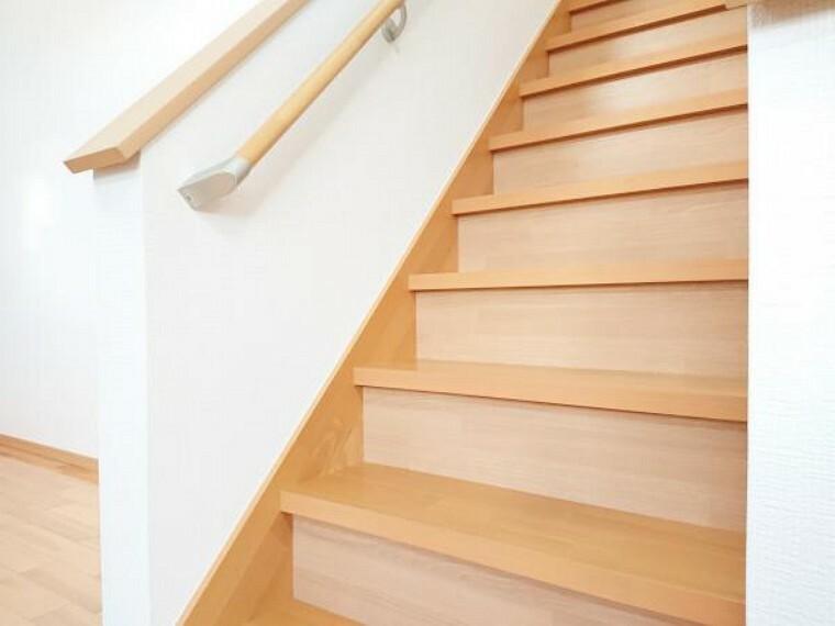【リフォーム済】 2階に続く階段です。 床クリーニング・壁クロス張替・照明器具電球交換。 小さなお子さんや、お年を召した方でも安心して上り下り出来ます。
