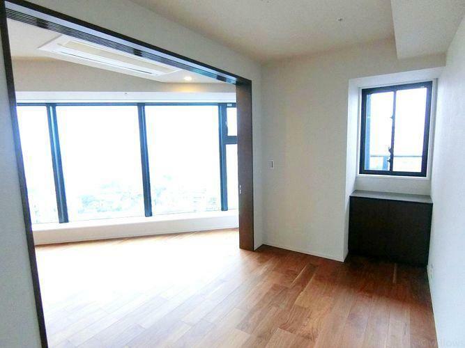 居間・リビング 大きな窓がリビングにやさしい光を届けてくれます。家族団らんスペースにぴったりです。