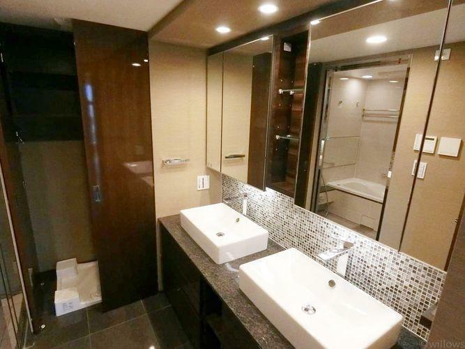 洗面化粧台 大理石を想像させるデザインの洗面台。3面鏡も付いて機能的な洗面台です。