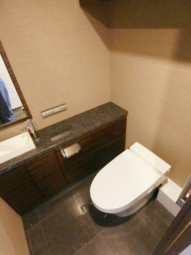 トイレ タンクレスのトイレは空間を広々と見せてくれます。快適に過ごせそうなトイレです。