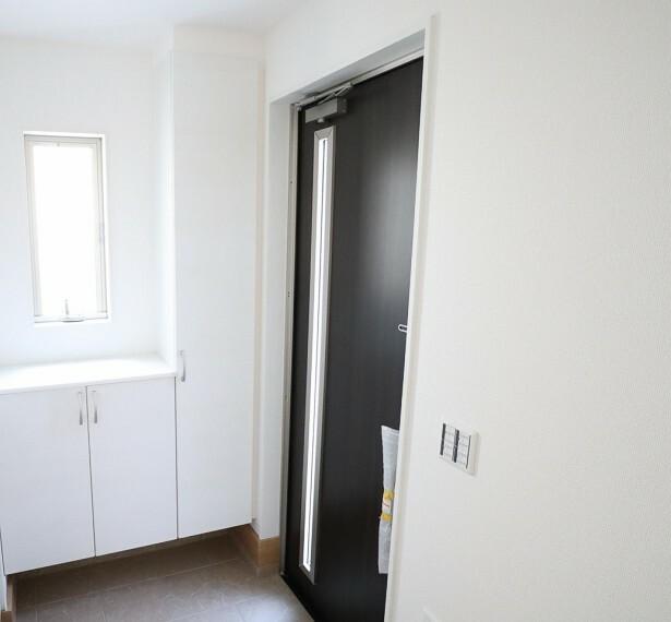 玄関 同仕様 収納力十分なシューズボックス付き  スッキリとした玄関でお客様をお迎えできますね