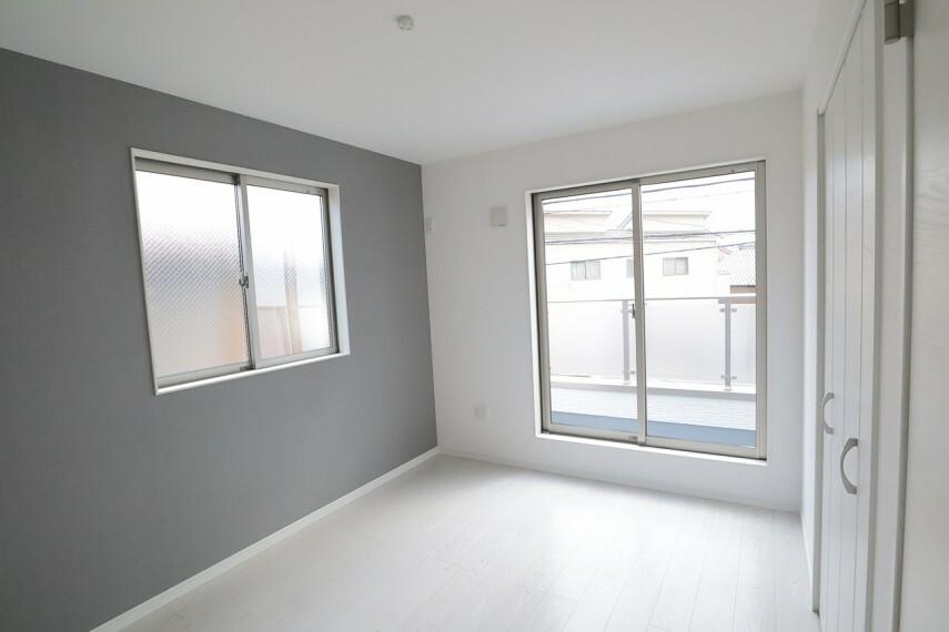 同仕様写真(内観) 洋室 同仕様 2面採光のお部屋は明るく風通しも良いです  収納スペース充実