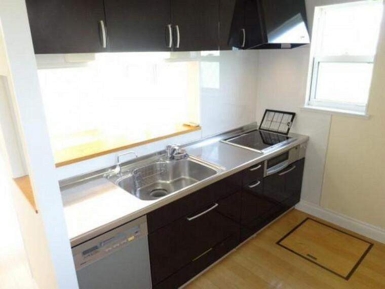 キッチン 吊戸棚もあるキッチンは収納充実