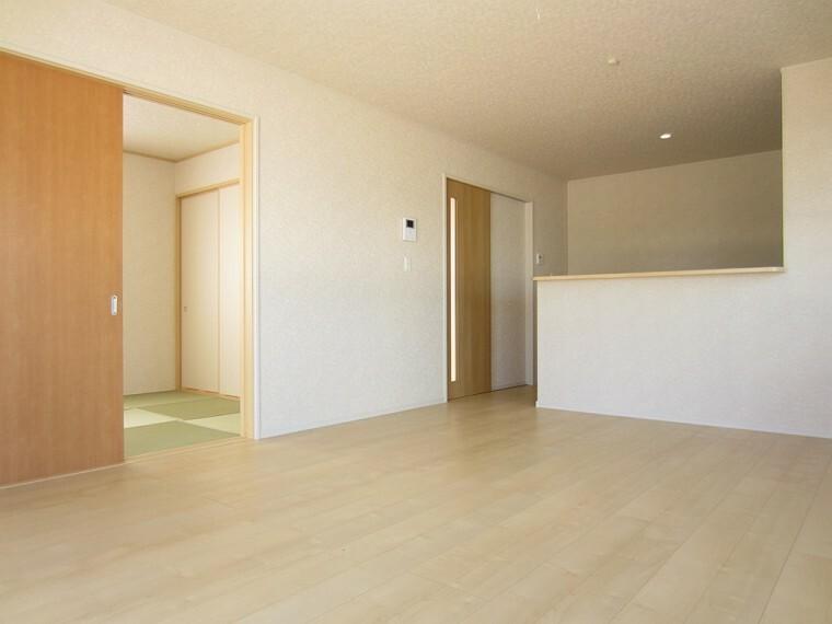 居間・リビング 同社施工イメージ。 写真は実際とは異なる場合がございますが、同社・同仕様を内覧し体感できるお部屋をご紹介可能です。 先に同社物件を見ることで、少しでも長く検討時間を確保できます!