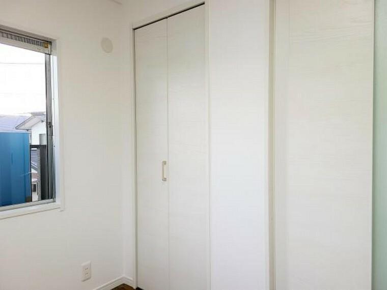 【リフォーム済】2階4.5帖洋室の収納です。収納があることでお部屋をゆったり使うことができますね。