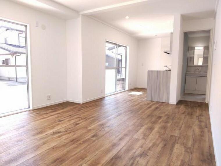 居間・リビング 【リフォーム済】リビング写真です。壁天井のクロスは貼替え、床はフロアタイルを重ね貼りしました。大きな窓があるので明るく家族団らんしやすい空間に生まれ変わりました。