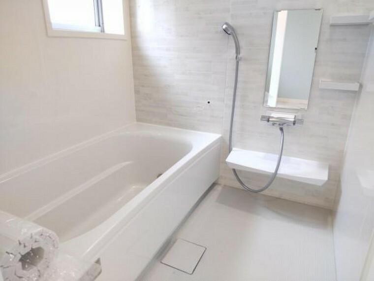 浴室 【リフォーム済】浴室写真です。ユニットバスを解体し、タカラスタンダード製の新品ユニットバスに交換しました。1坪の広々した浴槽で、足を伸ばしてゆったり半身浴が楽しめます。毎日のお風呂が楽しみになりますね。