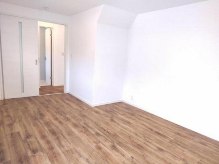 【リフォーム済】1階洋室です。床はフロアタイルへ張替え、壁、天井はクロスを貼替えました。大きな掃き出し窓があり光が良く差し込む明るいお部屋です。