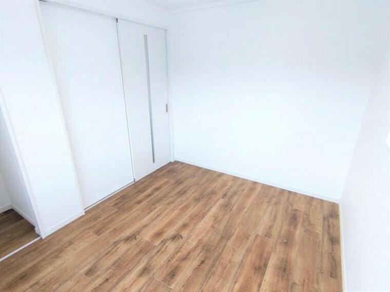 【リフォーム済】2階4.5帖洋室です。壁、天井はクロス貼替え、床はフロアタイル張りしました。南向き、クローゼットつきの居室です。