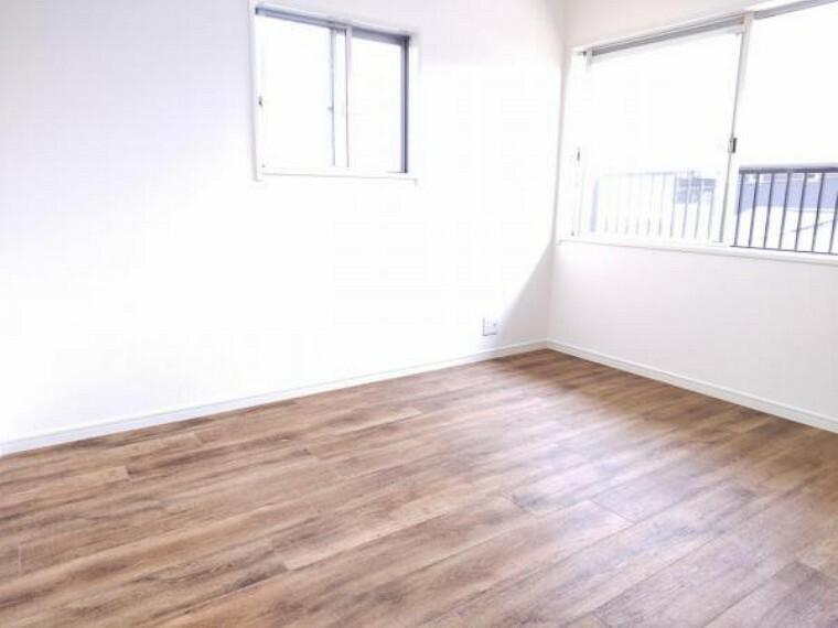 【リフォーム済】2階4.5帖洋室別角度からの写真です。新品のクローゼットに交換しました。子供部屋としていかがでしょうか。