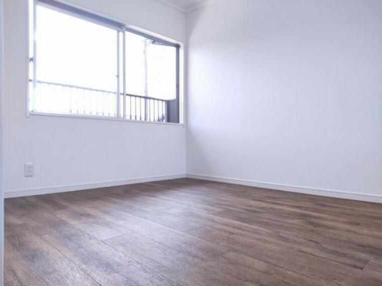 【リフォーム済】2階6帖洋室の別アングル写真です。窓が2面にある明るいお部屋です。