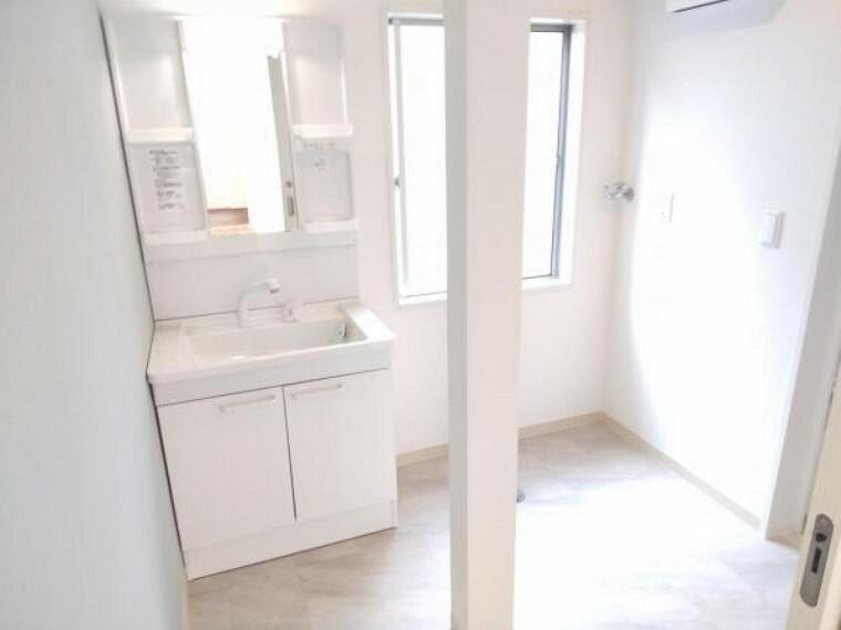 洗面化粧台 【リフォーム済】洗面室写真です。洗面化粧台を新品に交換し、床は水に強いクッションフロアを採用しました。便利なシャワーヘッドに加え、収納スペースも付いています。整髪料などの小物も取り出しやすく散らかりません。