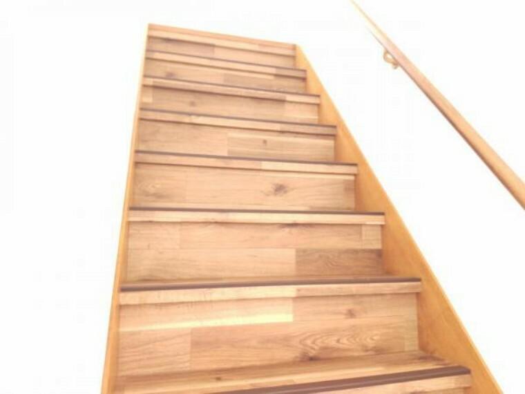 【リフォーム済】階段は手すりを交換し、踏み板部分は滑りにくいクッションフロアを採用しました。小さなお子様やご年配の方も安心して上り下りできますね。