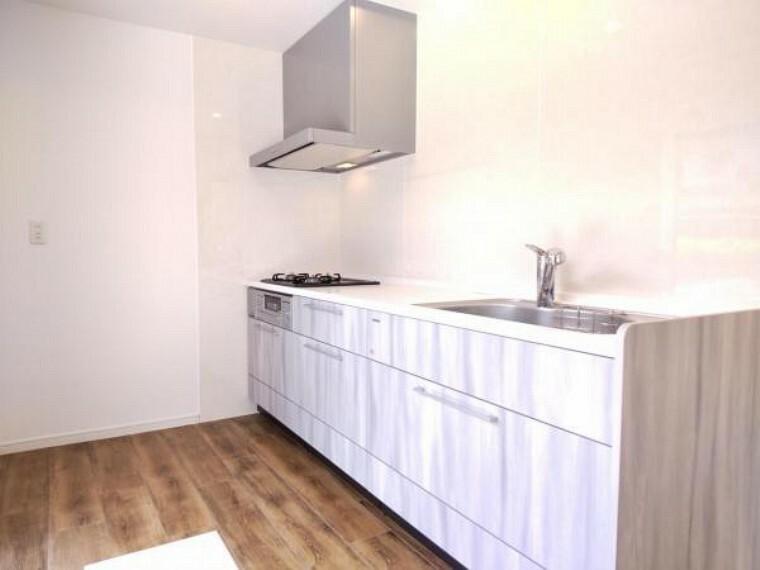 キッチン 【リフォーム済】キッチン背面には冷蔵庫等を置くスペースがあります。お料理しやすいですね。