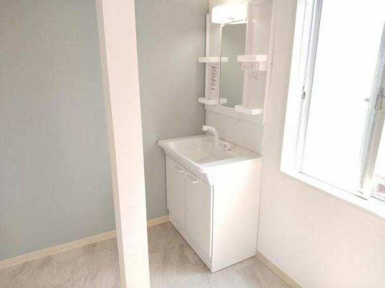 洗面化粧台 【リフォーム済】洗面室別アングル写真です。窓があり明るい洗面室です。