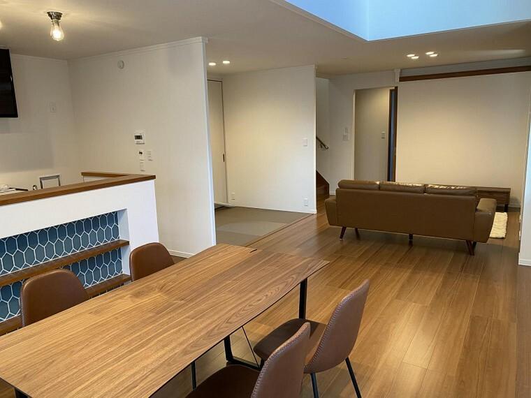 居間・リビング 【A区画】LDKは20帖超。吹抜や間接照明もある自慢の空間です!