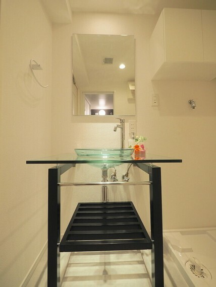 洗面化粧台 ガラスが使われたおしゃれな洗面台