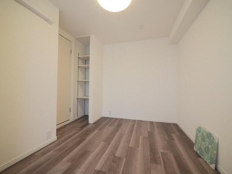 専用部・室内写真 玄関に近い方の洋室も約5.2帖の広さがあり、シングルベッドやデスクを置くことができます