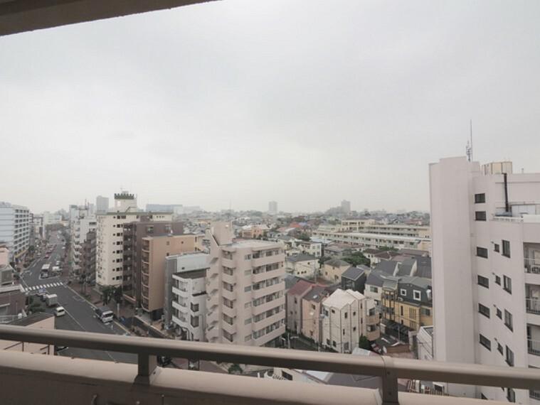 バルコニー バルコニーからの眺望。前面に高い建物が無く、晴れた日には青空が広がります