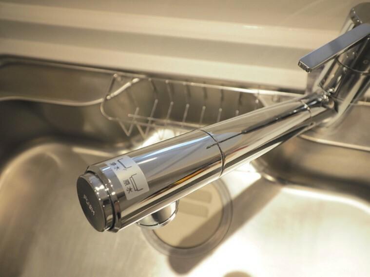 キッチン 浄水器付き水栓。ペットボトルの水を買う必要が無いので、ゴミの削減になります