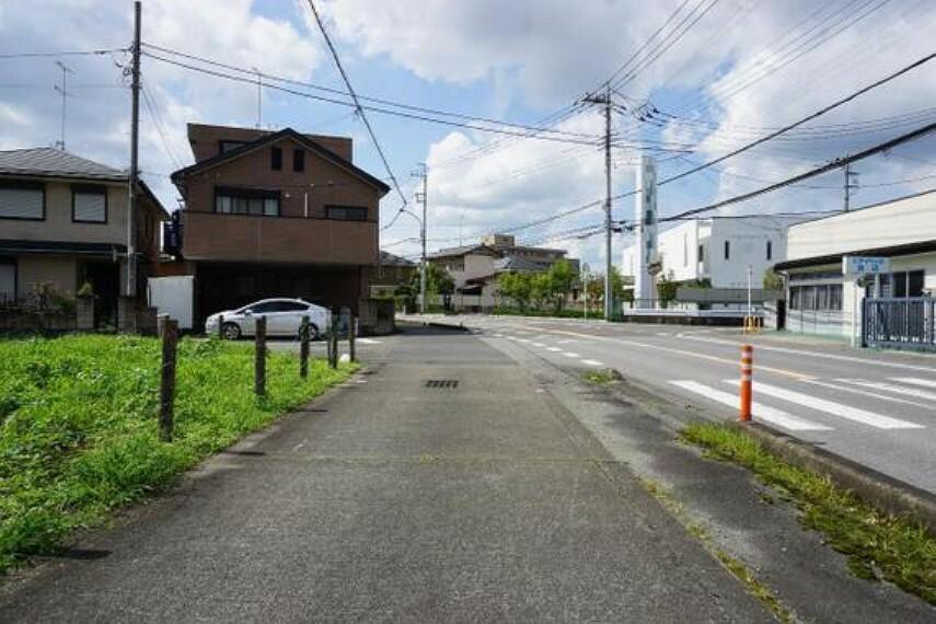 現況写真 開放的な前面道路です。広い歩道がございます。