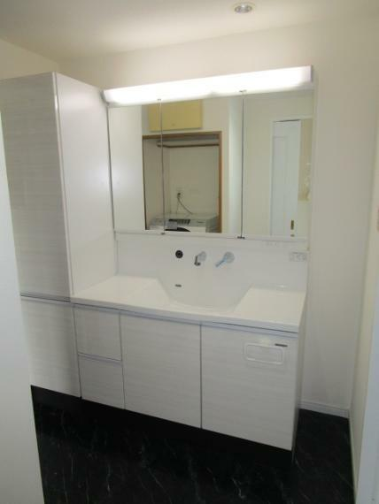 洗面化粧台 キッチン・廊下からの2WAY動線を採用!収納充実の洗面化粧台!