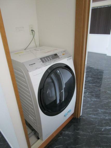 ランドリースペース クローゼット収納タイプのランドリースペース!人気のドラム式洗濯機付!