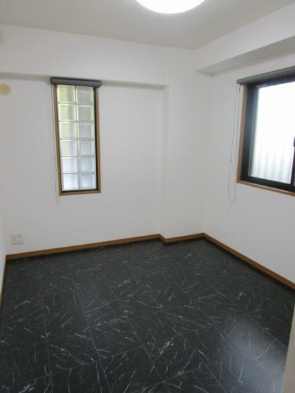 洋室 ガラスブロックを採用した玄関横洋室!