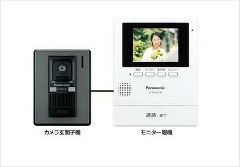 防犯設備 【TVモニター付インターホン】 留守中の来訪者画像をモニター親機に自動で録画・保存できる録画機能を内蔵。防犯性に優れた安心のシステム。※写真は施工例です。設備内容については物件により異なります。