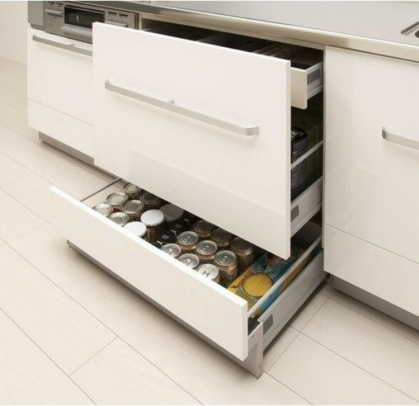 【スライド収納】 レンジ下やキッチンカウンターの下部には、調理器具や調味料などがすっぽり収まり、出し入れも簡単なスライド収納。 ※写真は施工例です。設備内容については物件により異なります。