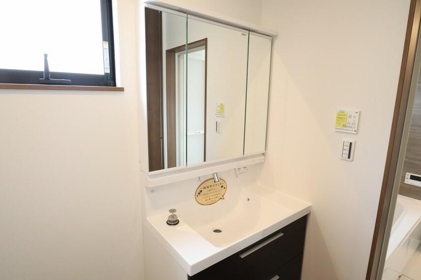 洗面化粧台 洗面所  シャワー付き洗面化粧台  三面鏡付で朝の身支度もラクラクです