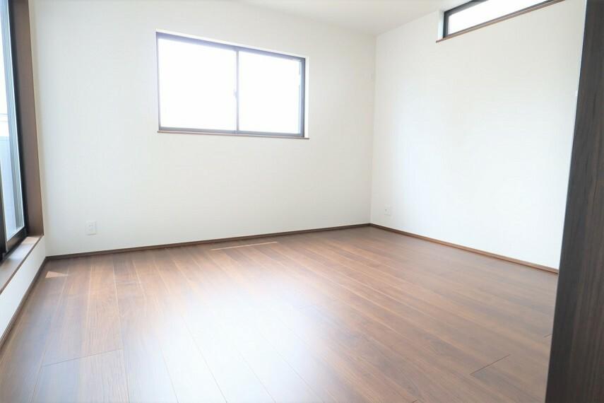 洋室 洋室  2面採光のお部屋は明るく風通しが良いです  収納もしっかり出来ますよ!