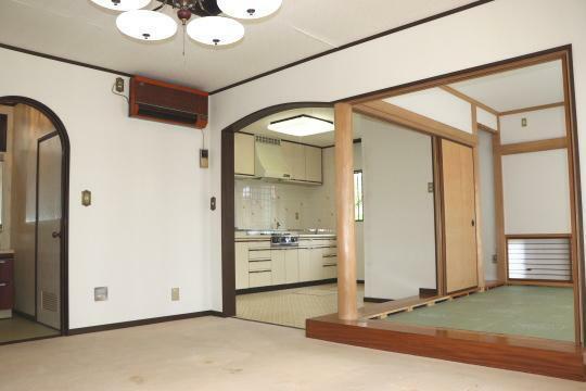 リビングダイニング 和室の扉を開けば広々使えます