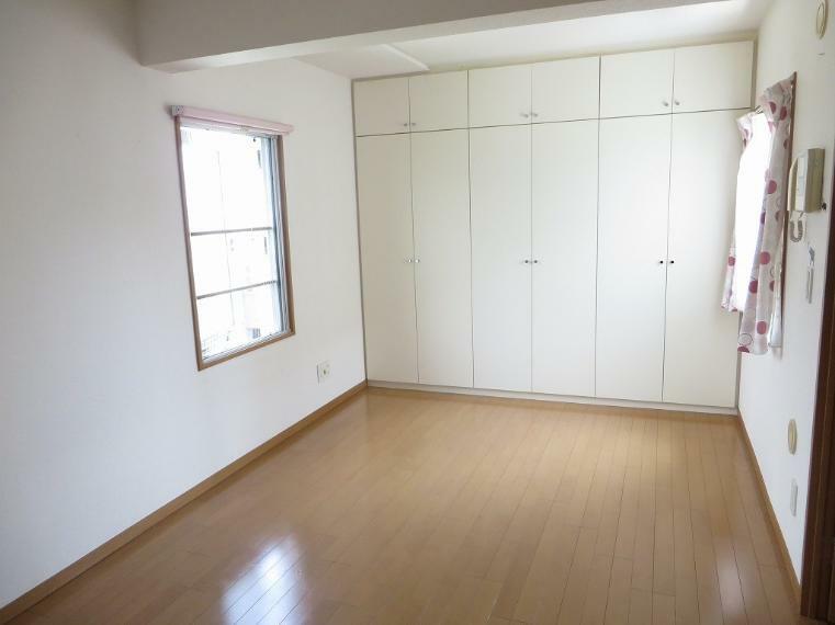 洋室 クローゼット完備でたくさんのお洋服の収納も困りませんね