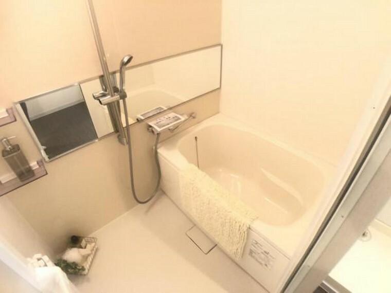 浴室 白を基調とした清潔感あるバスルーム