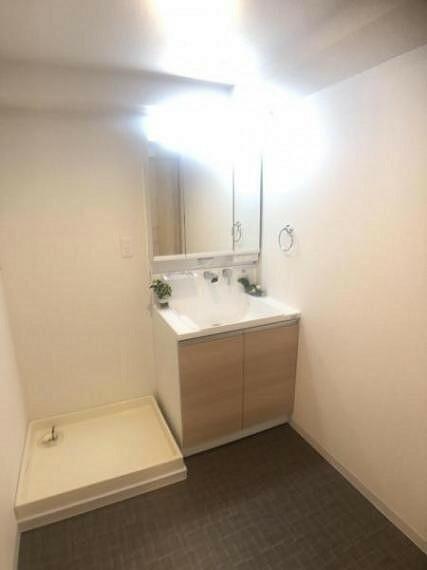 洗面化粧台 ワイドで使いやすい洗面化粧台。3面鏡裏は収納になっております