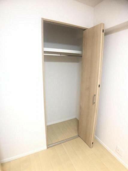 収納 大きいクローゼットはハンガーポール付きで嵩張る衣類も効率的に収納できます。